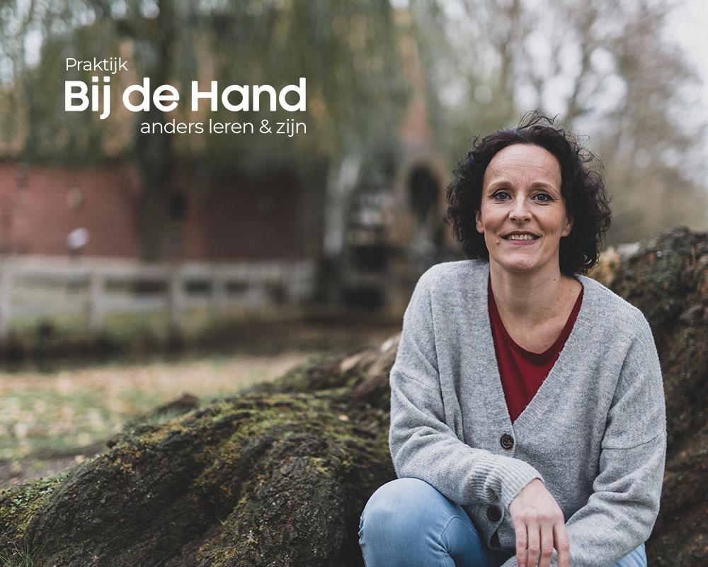 Nathalie-Godart-Praktijk-Bij-de-Hand-home-logo-wit-2